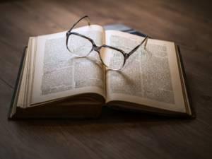 Livre et lunettes - Benoit Jacques